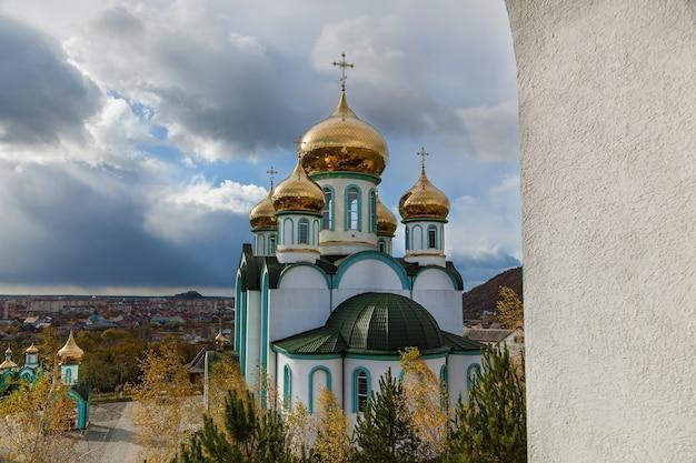 秋の晴れた日に黄金のドームを持つ正教会、carpatyのすべての聖人の教会