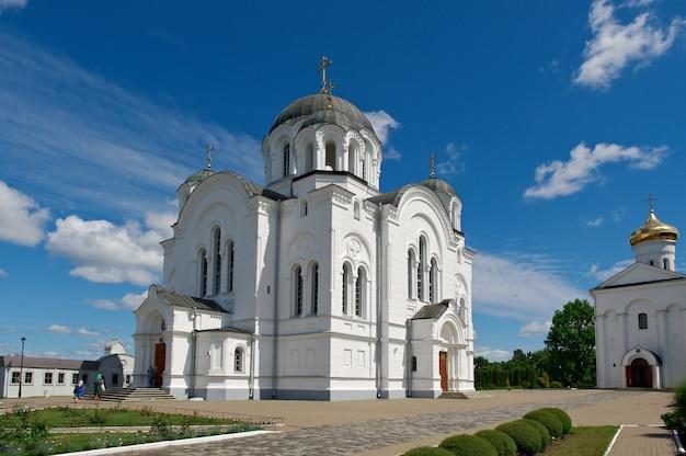 Православный монастырь церковные купола кремля. город полоцк, беларусь