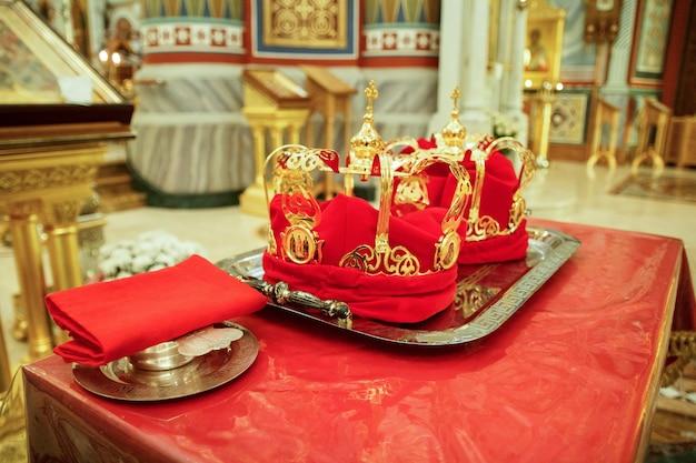 新婚旅行者のための正教会の結婚式の王冠