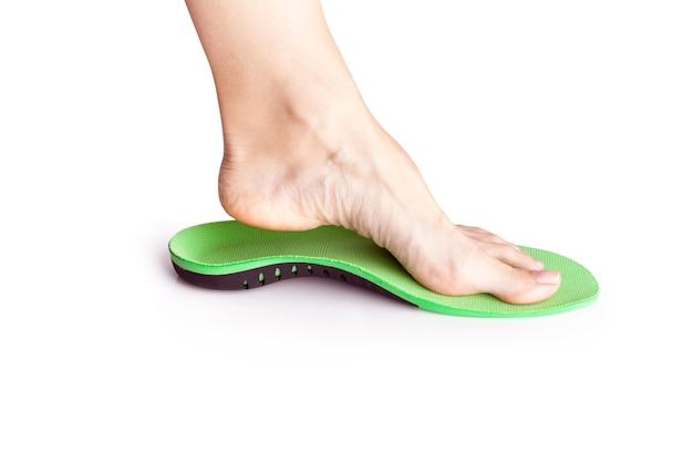 整形外科用インソールとその上の女性の脚