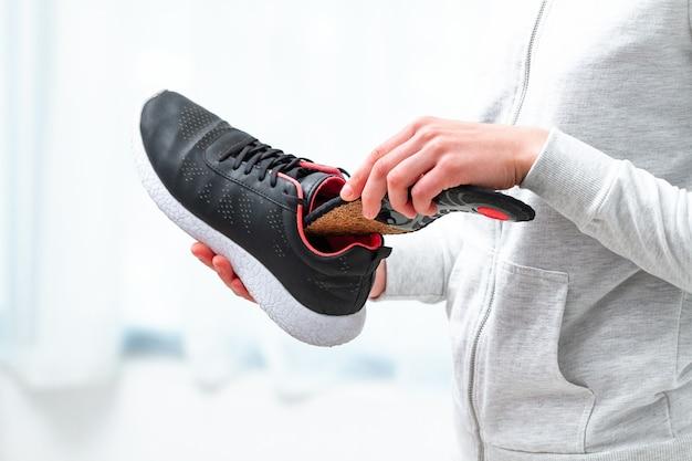 스포츠 신발 정형 안창. 평발 및 정형 외과 발 질환의 치료 및 예방. 발 관리, 발의 편안함. 편안한 신발을 신고 건강 관리