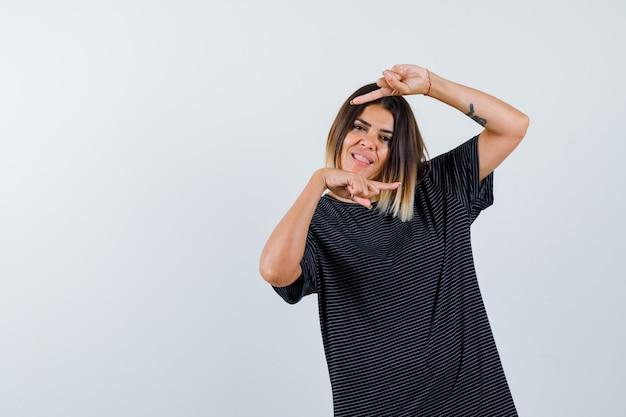 黒のtシャツで左右を指して自信を持って正面を見る女性のortrait