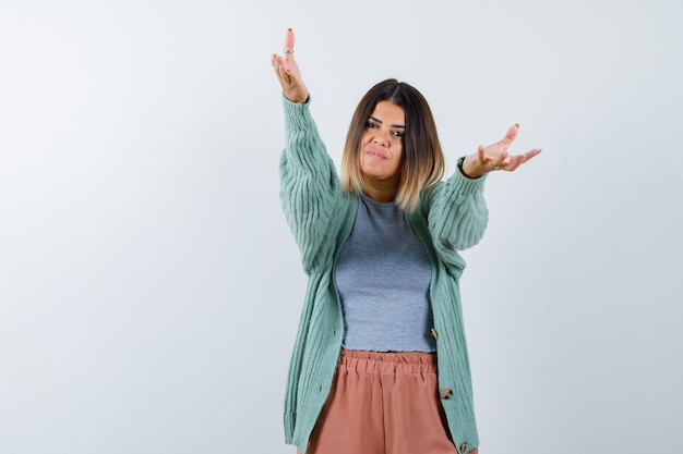 Ортрайт женщины, открывающей руки для объятий в повседневной одежде и искренне выглядящей спереди
