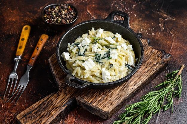 緑の野菜ほうれん草とオルゾプリマベーラ
