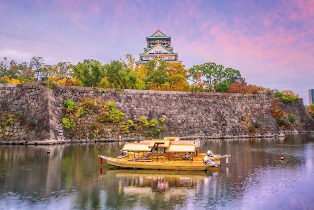 Осакский замок в осаке, япония, осенью