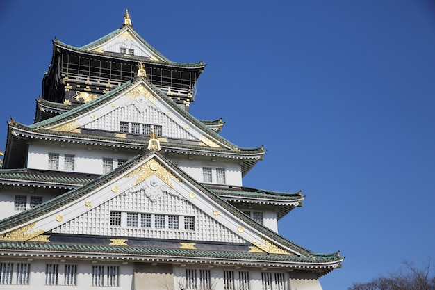 Замок осаки с голубым небом, японский замок