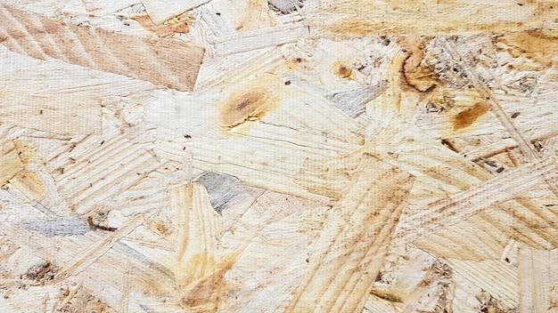 Лист osb изготавливается из прессованной стружки коричневого цвета. поверхности чердачных стен. материал для строительства дома.