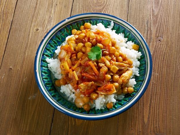 치킨 병아리 콩과 당근을 곁들인 오시 아프가니 아프간 요리