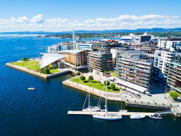 오슬로 항구 또는 오슬로의 aker brygge 지역에있는 항구.