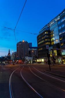 노르웨이 오슬로 - 2017년 1월 5일: 오슬로 비즈니스 센터에서 조명된 거리의 야경. 노르웨이의 현대 건축