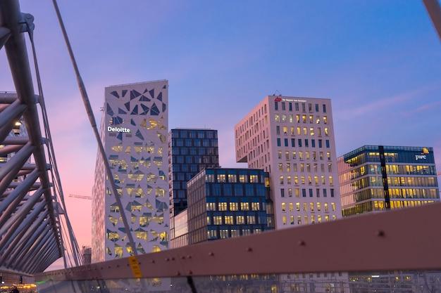 노르웨이 오슬로 - 2017년 1월 6일: 오슬로 비즈니스 센터에서 조명 거리의 야경. 노르웨이의 현대 건축