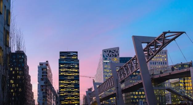 노르웨이 오슬로 - 2017년 1월 6일: 조명된 오슬로 비즈니스 센터의 야경. 노르웨이의 현대 건축
