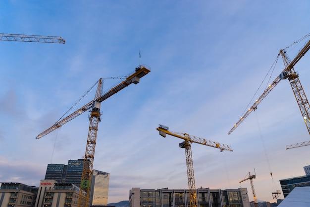 노르웨이 오슬로 - 2017년 1월 6일: 노르웨이 오슬로 중심부에 건설 중인 현대적인 비즈니스 아키텍처.