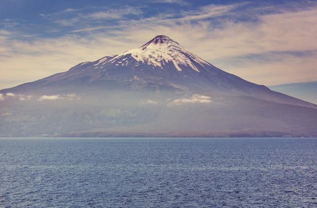 チリ、プエルトバラス、レイクディストリクトのパルケナシオナルビセンテペレスロサレスにあるオソルノ火山。