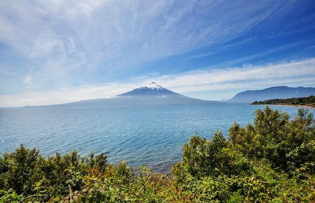 Parque nacional vicente perez rosales, lake district, puerto varas, chile에있는 osorno 화산.