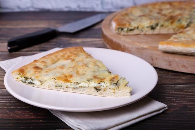 치즈와 허브 (딜, 파슬리, 파)가 들어간 오세티아 파이. 전통적인 오세티아 제빵.