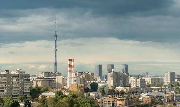 Останкинская башня над городским пейзажем москвы летом россия панорама москвы и телебашня на голубом небе