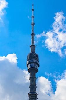 Останкинская телебашня в москве против голубого неба с белыми облаками