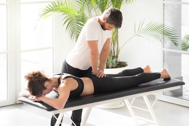 Остеопат делает лечение подвижности крестца