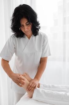 Osteopata che cura una giovane donna