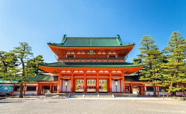 Отэнмон, главные ворота святилища хэйан в киото - япония