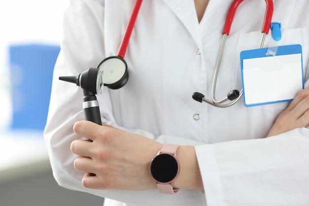 耳鼻咽喉科医が耳鏡器具を手に持ってクローズアップ