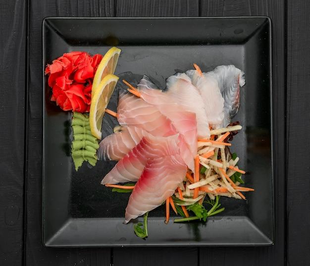 Сырая рыба оторо сашими, японская кухня на черном