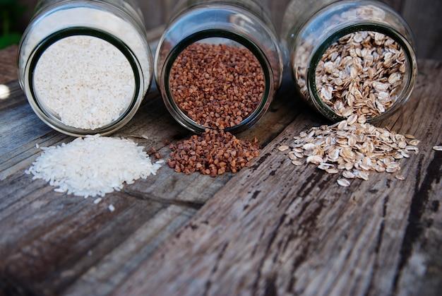 穀物-ソバ、ots、白米、素朴な木製のテーブルのミックス