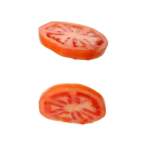 Унд ломтик спелых красных помидоров, изолированные на белой поверхности, крупным планом