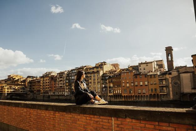 イタリアのトスカーナを訪れるoung女性。