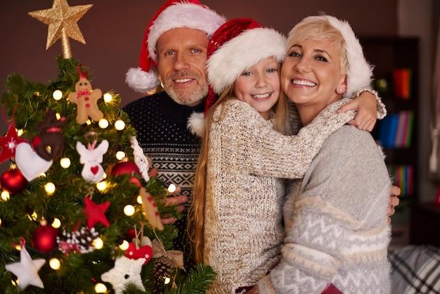 私たちの美しいクリスマスツリーと最愛の家族