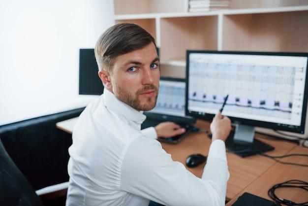 Наш подозрительный лжет. полиграфолог работает в офисе со своим детекторным оборудованием.