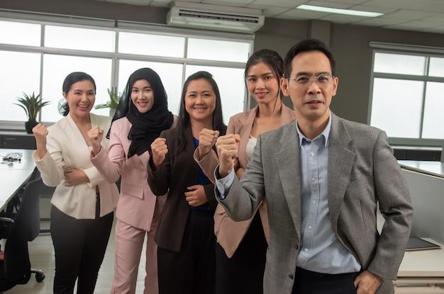 私たちのアジアのビジネスマンのチームは、ビジネスを行うことを信じています。