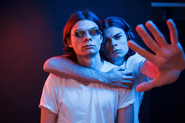 Наша территория. портрет братьев-близнецов. студия снята в темной студии с неоновым светом
