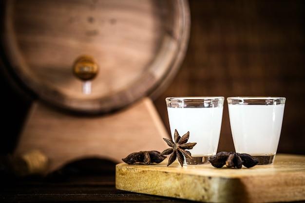 Усо, арак, узо узо - греческий алкогольный напиток на основе аниса.