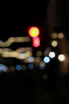 焦点が合っていない、夜の車や信号機の美しいきらびやかなボケ味。