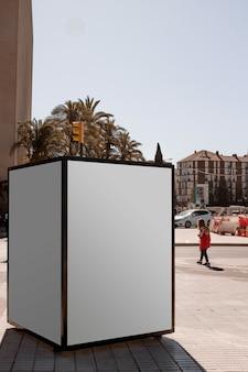 Una scatola luminosa pubblicitaria all'aperto in strada