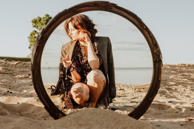 Наружная атмосферная фотография образа жизни молодой красивой темноволосой женщины в платье