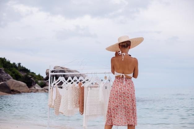 ニット服の女性のための屋外ビーチショップフロアハンガーから何を買うか夏のニットウェアのコンセプト