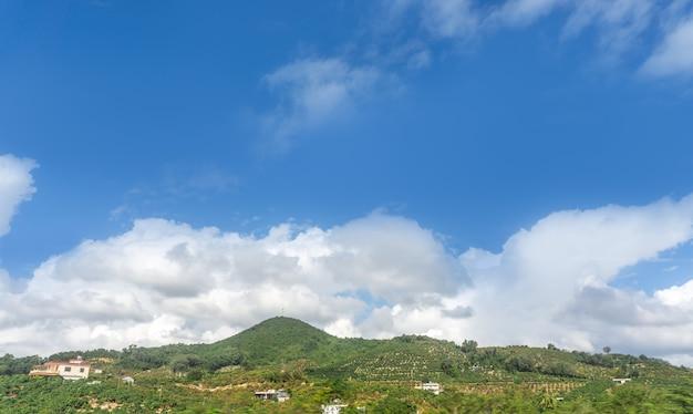 屋外の青い空の白い雲と田園風景