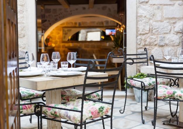 モンテネグロの旧市街にある屋外カフェ。