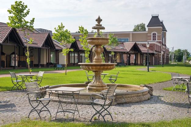 Кафе на открытом воздухе с фонтаном пустые стулья в кафе или ресторане в летний день