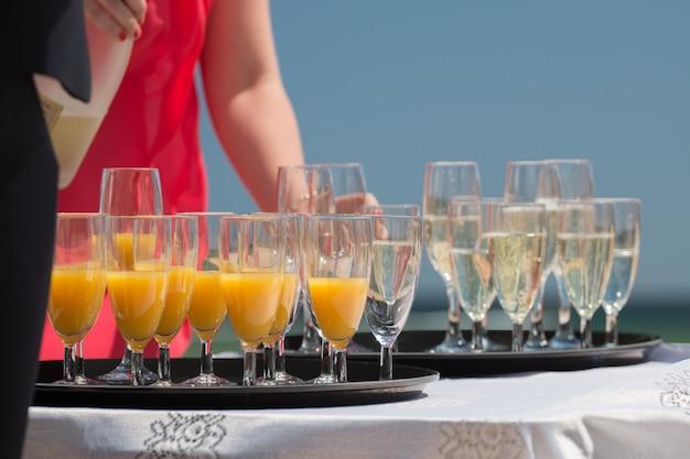 屋外シャンパンとジュース