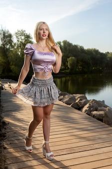 야외 공원에서 포즈를 취하는 젊은 아름 다운 여자의 초상화를 닫습니다. 여름 걷기 개념입니다.