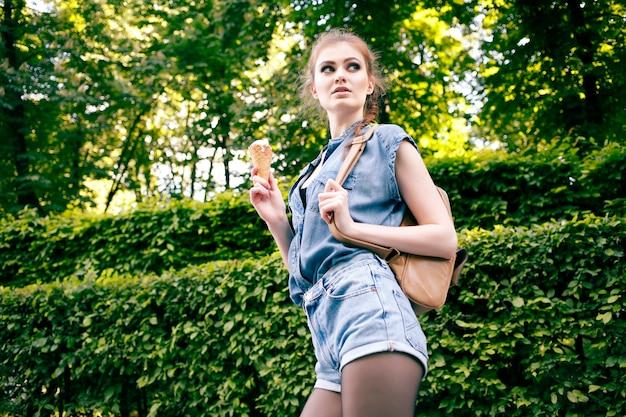 여름 더운 날씨에 아이스크림을 먹는 젊은 힙 스터 미친 여자의 야외 근접 촬영 패션 초상화
