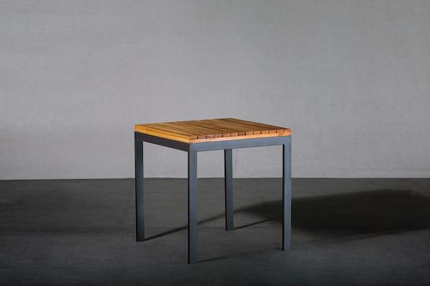 스튜디오에서 금속 다리가있는 야외 커피 테이블