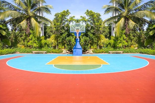 Открытая цветная баскетбольная площадка возле пляжа для пейзажного фона