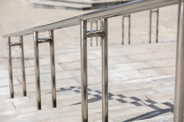 스테인리스 스틸 난간이 있는 야외 콘크리트 계단, 정면도