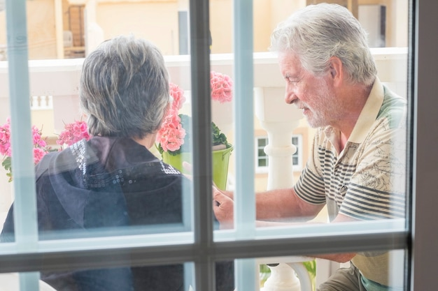 自宅のテラスで大人の高齢者の屋外カップル。永遠の人生