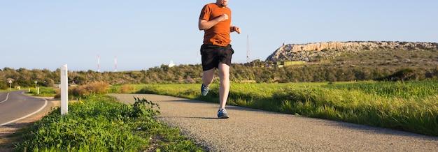 운동, 피트니스 및 건강한 생활 방식을 위한 여름 햇살 개념에서 야외 크로스컨트리 달리기.